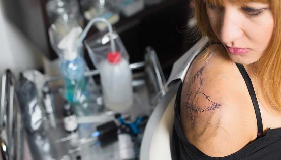 Des infections sérieuses peuvent survenir lorsqu'un tatouage est réalisé dans des conditions non-hygiéniques ou à l'aide d'outils non-stérilisés. Les conséquences ne sont pas à minimiser ! © Istockphoto