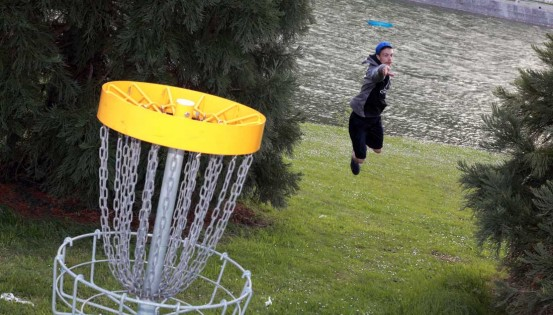 Le Disc golf a des exigences techniques spécifiques, mais peut se pratiquer comme un jeu. © Quentin Lammerant