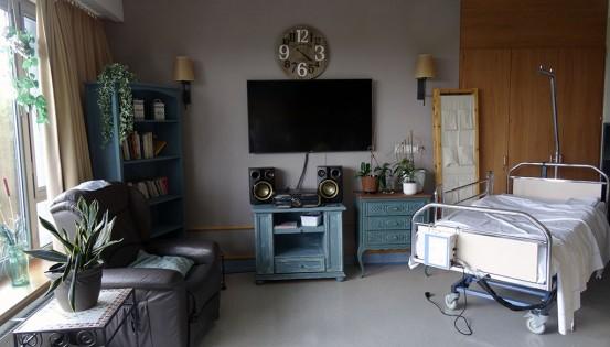 © iStock Quelques vieux meubles repeints, des plantes, de la décoration… une piste parmi d'autres pour créer un sentiment de convivialité et d'intimité en maison de repos.