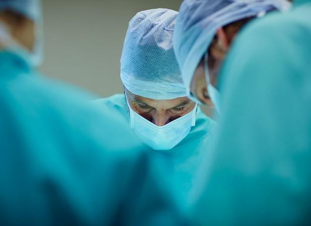 Dans la peau et les doigts d'un chirurgien