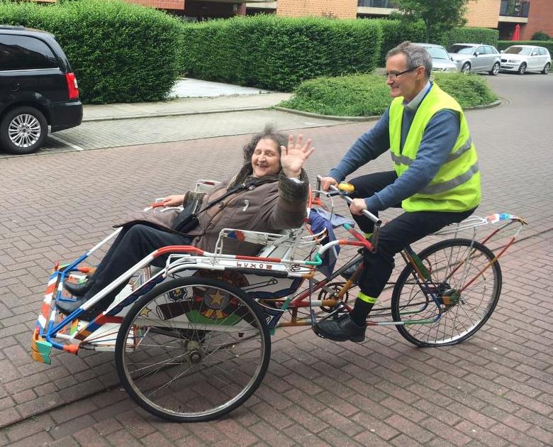 Avant de passer à l'électrique, Timothy Cooper teste le projet avec un rickshaw manuel