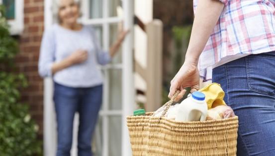 Faire les courses pour le voisins, des petits jobs qui peuvent dorénavant être rémunérés au grand dam des défenseurs du volontariat (c) istock