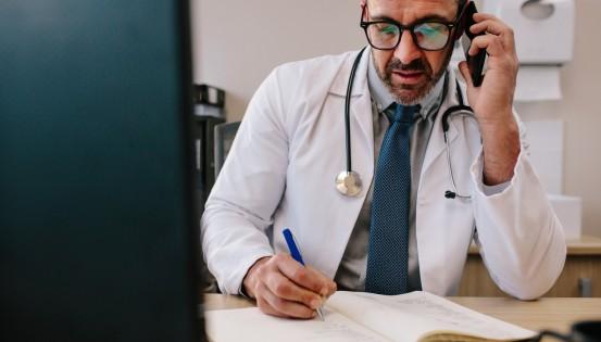 Les personnes qui présentent des symptômes du Covid-19 doivent consulter leur médecin par téléphone (c)Istock