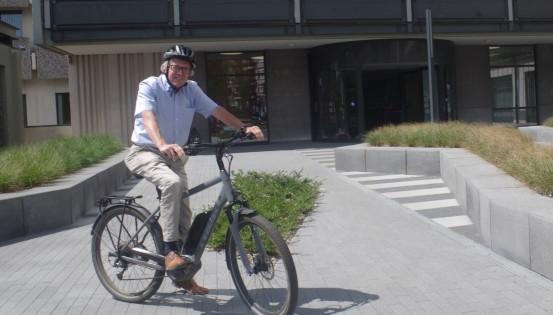 Jean Hermesse devant Aerpolis, qu'il aime rejoindre à vélo (c)S.Warsztacki