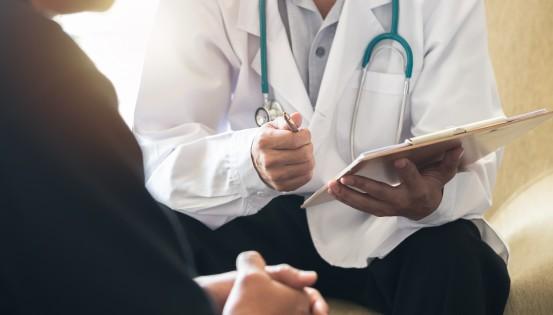 Parfois, la personne peut être convoquée à l'Inami pour un examen médical.(c)iStock