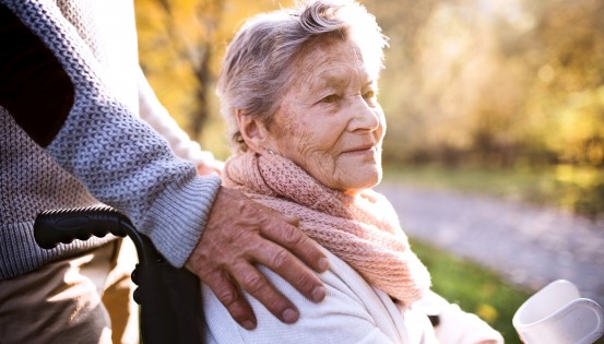 L'APA est un complément de revenus octroyé aux personnes âgées de 65 ans ou plus qui doivent faire face à des frais supplémentaires en raison d'une diminution de leur autonomie. (c)iStock