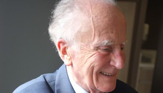 Jean Hallet, en 2013, lors d'une interview accordée à En Marche à propos du système de soins de santé et d'indemnités. Il en fut l'un des bâtisseurs acharnés, convaincu par la nécessité de protéger la population contre les accidents de la vie.(c) Matthieu Cornelis
