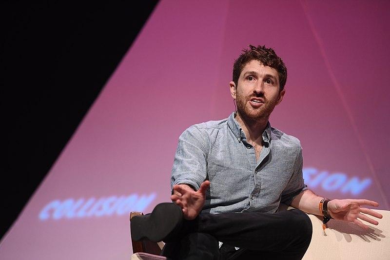 Photo de l'ancien travailleur de chez Google Tristan Harris lors d'une conférence.